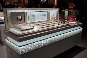 Luxary_airport_store_make_up_counter_design_idea_using_luxary_resin_panels_prism-600-400